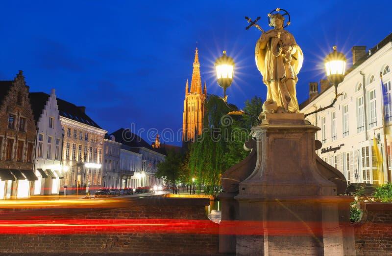 Toneelcityscape met een middeleeuws fairytale binnen kanaal, Brug St Nepomuk en de kade Dijver en Kerk van Onze Dame royalty-vrije stock afbeelding