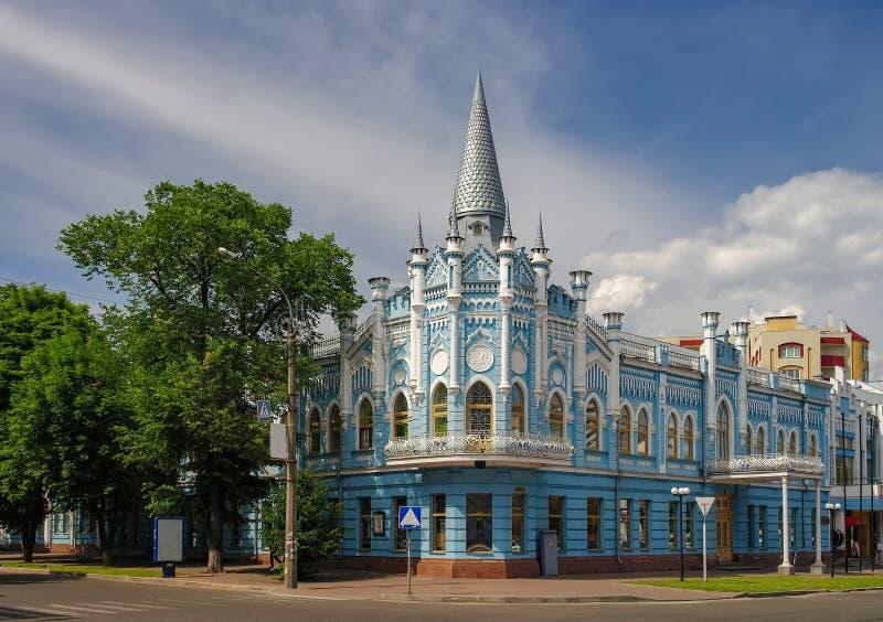 Toneelcityscape van Cherkasy, de Oekraïne De bouw van vroeger Sloviansky-hotel - de historisch bouw en symbool van de stad stock afbeelding