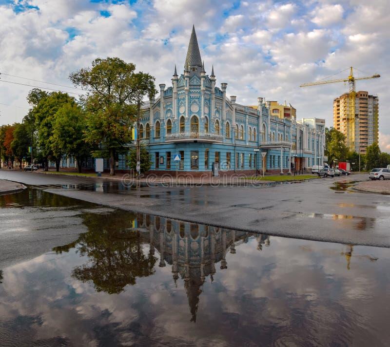 Toneelcityscape van Cherkasy, de Oekraïne De bouw van vroeger Sloviansky-hotel - de historisch bouw en symbool van de stad stock fotografie