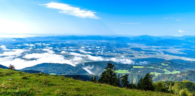 Toneeldie de berglandschap van Slovenië in Krvavec wordt geschoten stock fotografie
