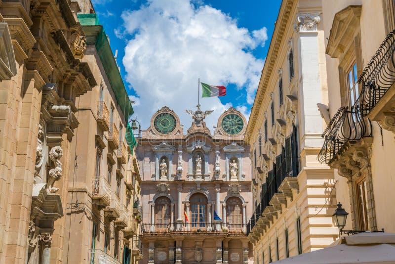 Toneelgezicht in de oude stad van Trapan met Palazzo Senatorio op de achtergrond Sicilië, Italië stock foto's