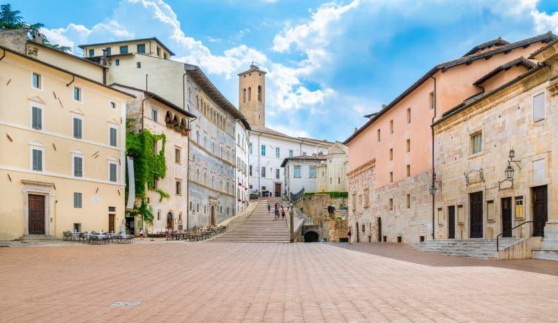 Toneelgezicht in Duomo-Vierkant in Spoleto Umbrië, centraal Italië stock foto