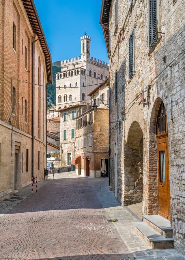Toneelgezicht in Gubbio met Palazzo-dei Consoli, middeleeuwse stad in de Provincie van Perugia, Umbrië, centraal Italië royalty-vrije stock afbeeldingen