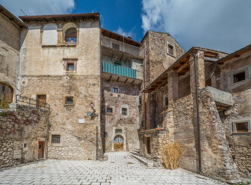 Toneelgezicht in Santo Stefano di Sessanio, provincie van L ` Aquila, Abruzzo, centraal Italië royalty-vrije stock afbeelding