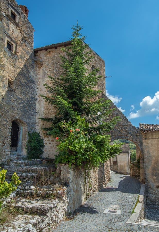 Toneelgezicht in Santo Stefano di Sessanio, provincie van L ` Aquila, Abruzzo, centraal Italië stock foto