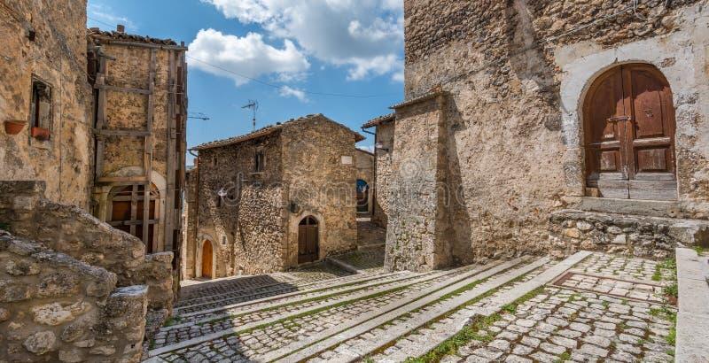 Toneelgezicht in Santo Stefano di Sessanio, provincie van L ` Aquila, Abruzzo, centraal Italië royalty-vrije stock foto