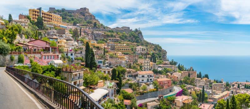 Toneelgezicht in Taormina, beroemde mooie stad in de Provincie van Messina, Sicilië, zuidelijk Italië royalty-vrije stock foto