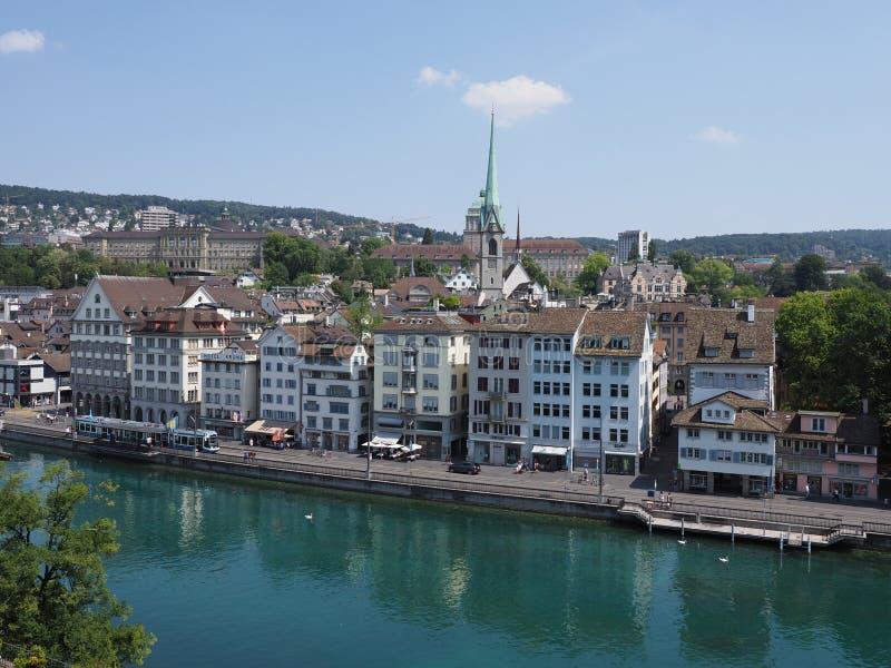 Toneelhuizen op bank van Limmat-rivier en Europees cityscape landschap van de stad van Zürich in Zwitserland royalty-vrije stock foto's