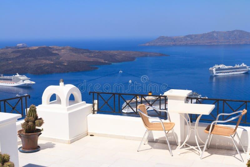 Toneelkoffielijst in Santorini stock afbeelding