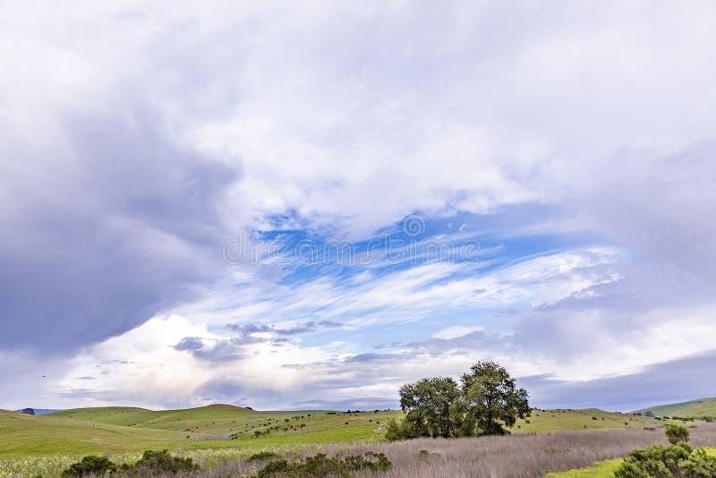 Toneellandschap bij Cabrillo-weg met weiden en toneelhemel stock afbeelding