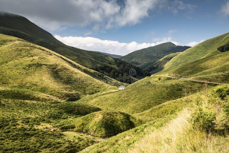 Toneellandschap in Iraty-bergen in zomer, Baskisch land, Frankrijk stock afbeeldingen