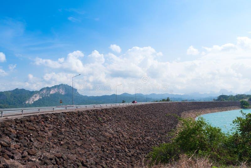 Toneellandschap van grote rivier en reservoirdam met berg en aardbos royalty-vrije stock fotografie
