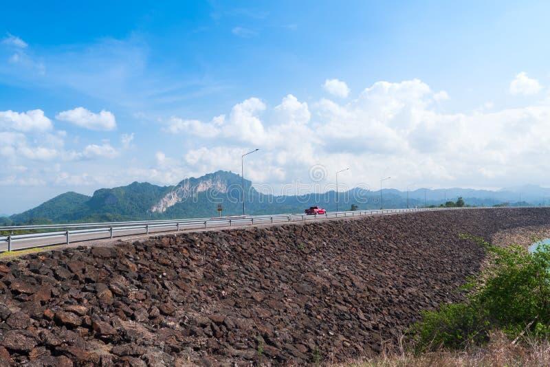 Toneellandschap van grote rivier en reservoirdam met berg en aardbos royalty-vrije stock afbeeldingen
