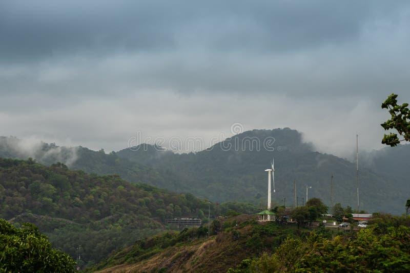 Toneellandschap van windturbine voor elektrische generatieeco en schone macht stock foto