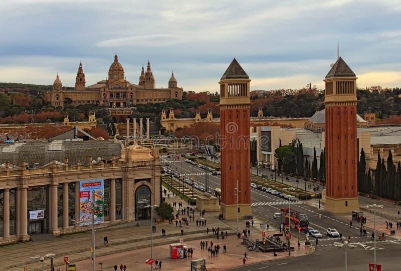 Toneellandschapsmening van stad tijdens zonsondergang in bewolkte dag Barcelona, Spanje stock foto's