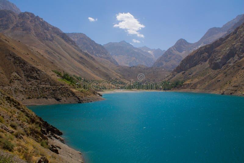 Toneelmeer in Zeven merenvallei in Ventilatorbergen in Pamir, Tadzjikistan stock afbeeldingen