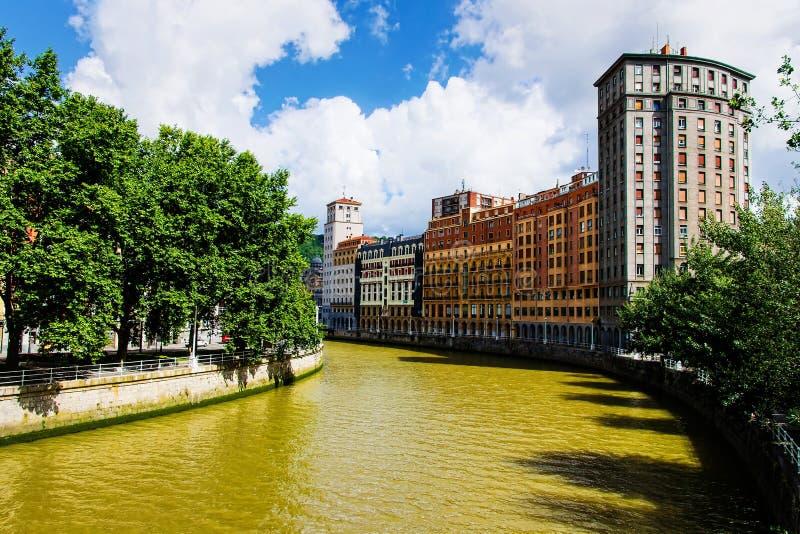 Toneelmening over de Nervion-rivier en de residental gebouwen in het centrum van Bilbao, Spanje stock foto's