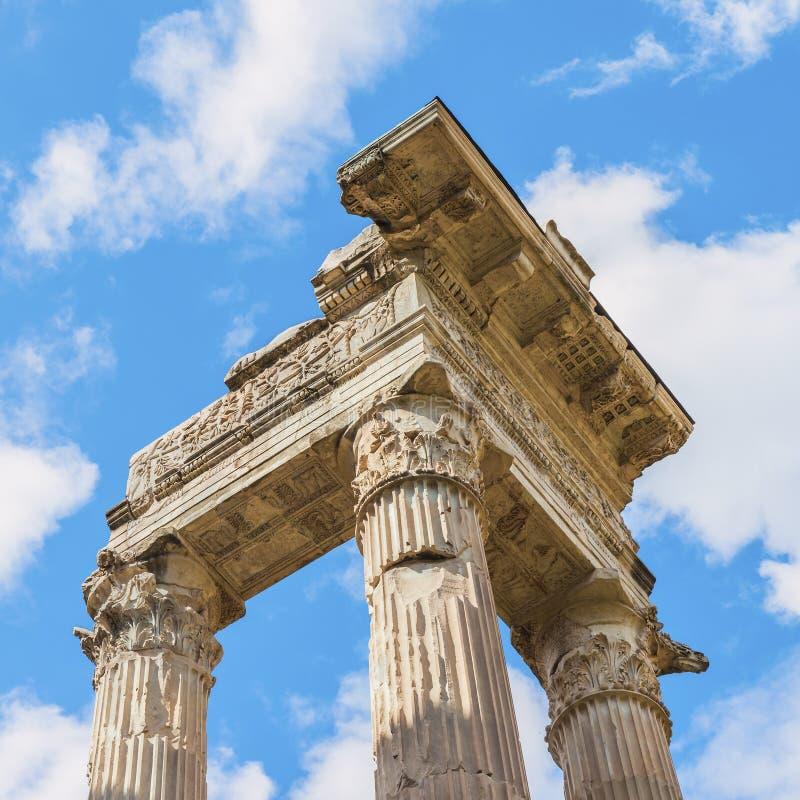 Toneelmening over de ruïne van de oude bouw dichtbij met oud Theater van Marcellus (Teatro Di Marcello) royalty-vrije stock fotografie