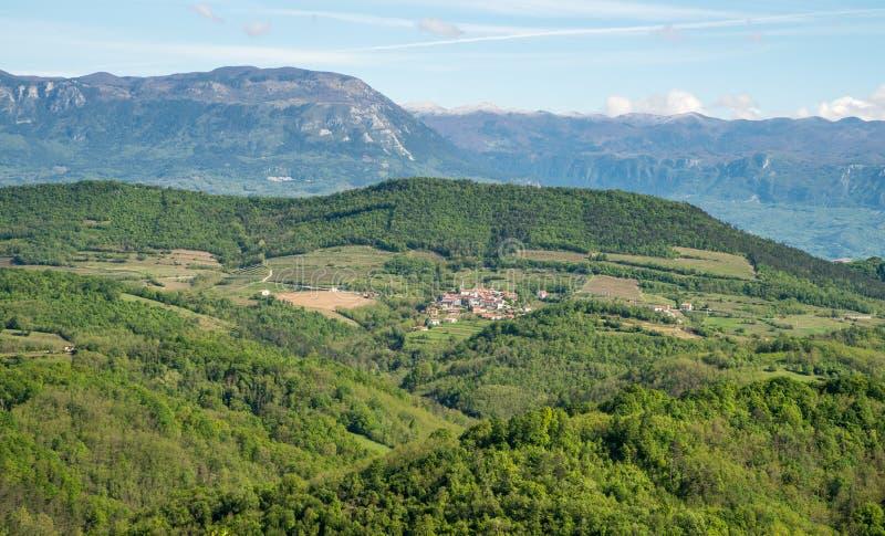 Toneelmening over Karst het landschap van het gebied in Slovenië royalty-vrije stock afbeelding
