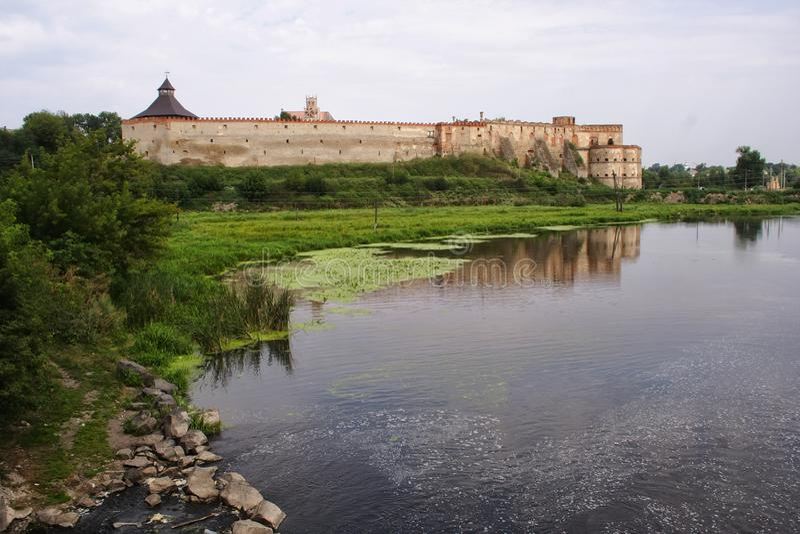 Toneelmening over Medzhybizh-Kasteel Plaatsplaats: Medzhybizh, het UK stock fotografie