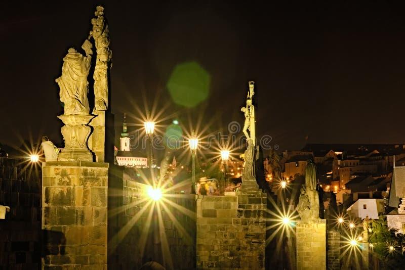 Toneelmening van beroemd Charles Bridge met historische standbeelden, gebouwen en oriëntatiepunten van oude stad bij de achtergro stock fotografie