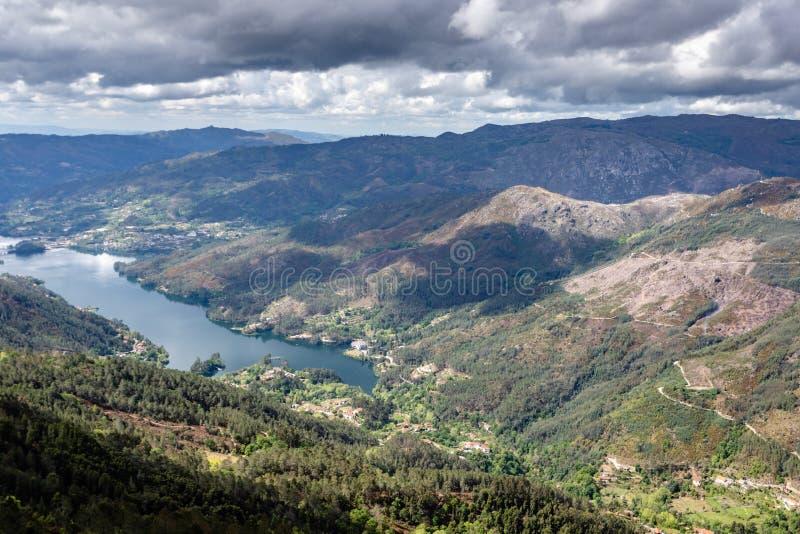 Toneelmening van Cavado-rivier en het Nationale Park van Peneda Geres in noordelijk Portugal royalty-vrije stock foto