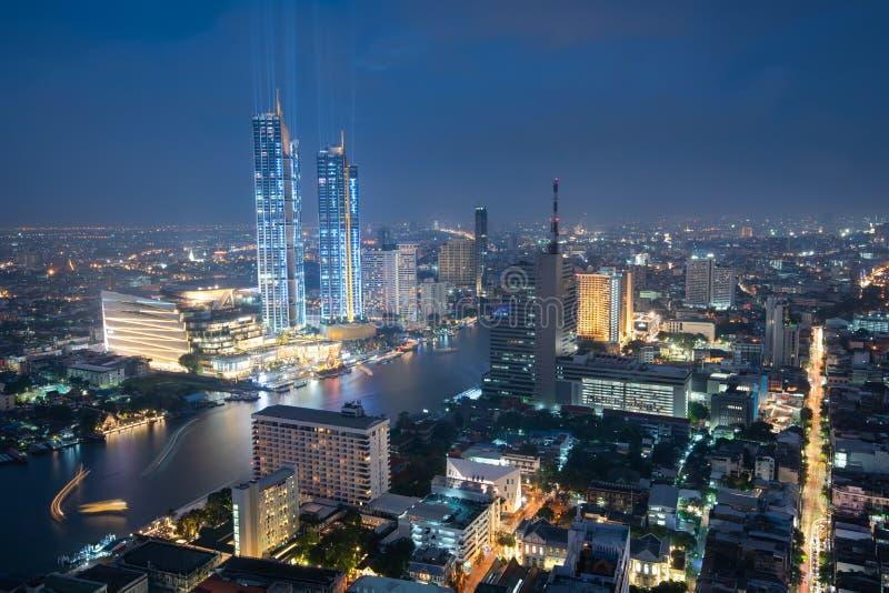 Toneelmening van Chao Phraya River in de stad van Bangkok de stad in tijdens schemering, hoofdstad van Thailand stock fotografie