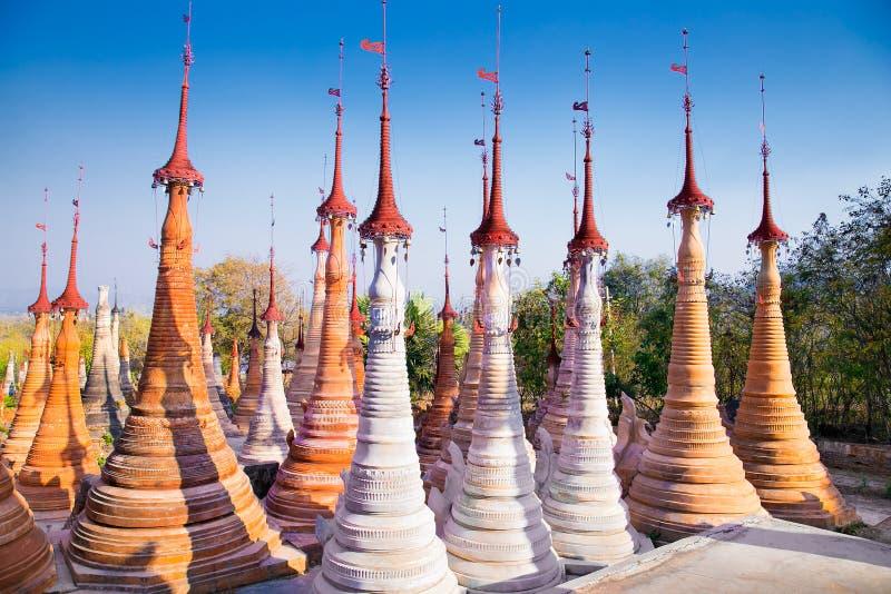 Toneelmening van coloruflpagoden in Indein-dorpspagode bij Inle-Meer, Myanmar royalty-vrije stock afbeelding