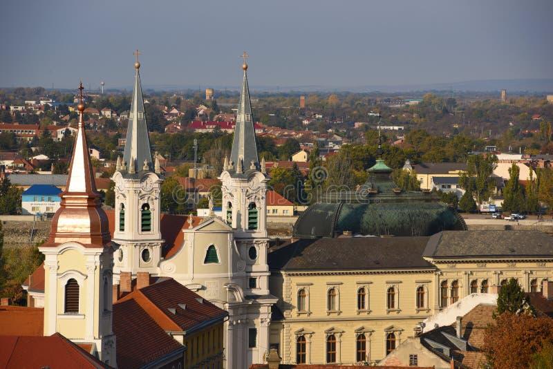 Toneelmening van daken en torens in oude stad van Esztergom, Hongarije bij zonnige dag stock afbeelding