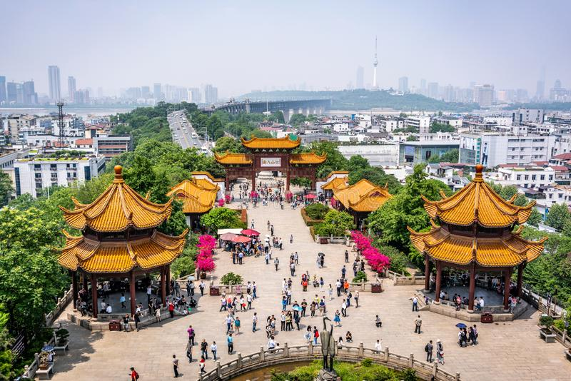 Toneelmening van de grote brug van Yangtze met mensen en kraanstandbeeld van de Gele Kraantoren in Wuhan Hubei China stock afbeelding