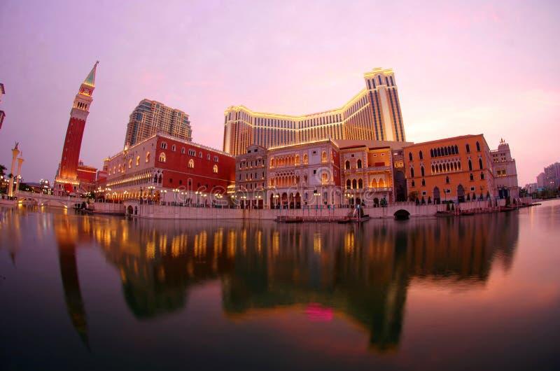 Toneelmening van de grote buitenkant van Venetiaans Macao in avondschemering royalty-vrije stock foto