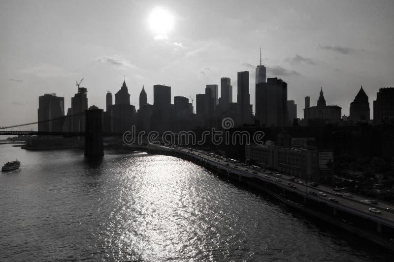 Toneelmening van de Hoogtenkant van Brooklyn op de Wolkenkrabbers van Manhattan over de Rivier van het Oosten royalty-vrije stock fotografie