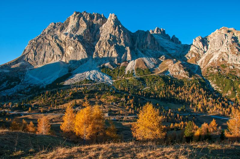 Toneelmening van de Lagazuoi-berg in zonovergoten bij de herfstochtend Dolomiet, Italië stock fotografie