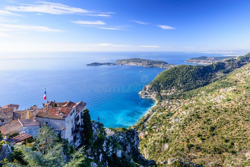 Toneelmening van de Mediterrane kustlijn en de middeleeuwse huizen vanaf de bovenkant van de stad van Eze-dorp royalty-vrije stock afbeelding