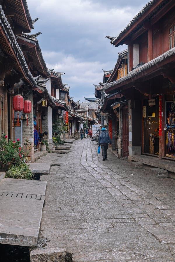 Toneelmening van de Oude Stad van Lijiang met reizigers stock afbeelding
