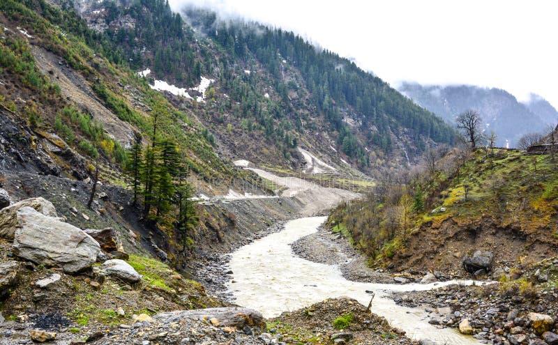 Toneelmening van de rivier & de bergen van Kunhar in de Vallei van Naran Kaghan, Pakistan stock foto