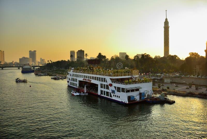 Toneelmening van de rivier van Kaïro en van Nijl tijdens zonsondergang Egypte royalty-vrije stock afbeelding