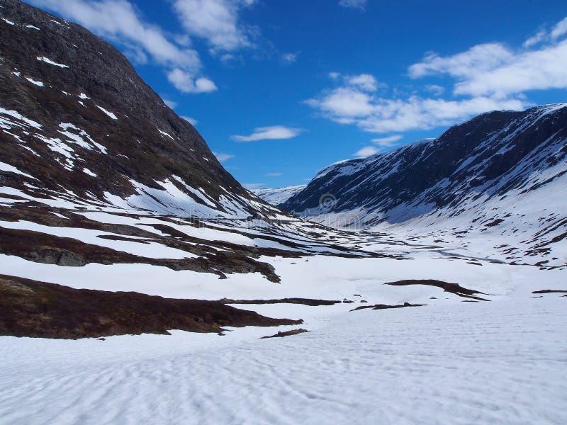 Toneelmening van de vallei tussen snow-covered bergen in Noorwegen stock afbeeldingen