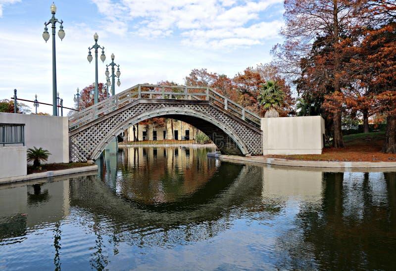 Toneelmening van een brug, meer en cipresbomen in Louis Armstrong Park, New Orleans, Louisiane royalty-vrije stock fotografie