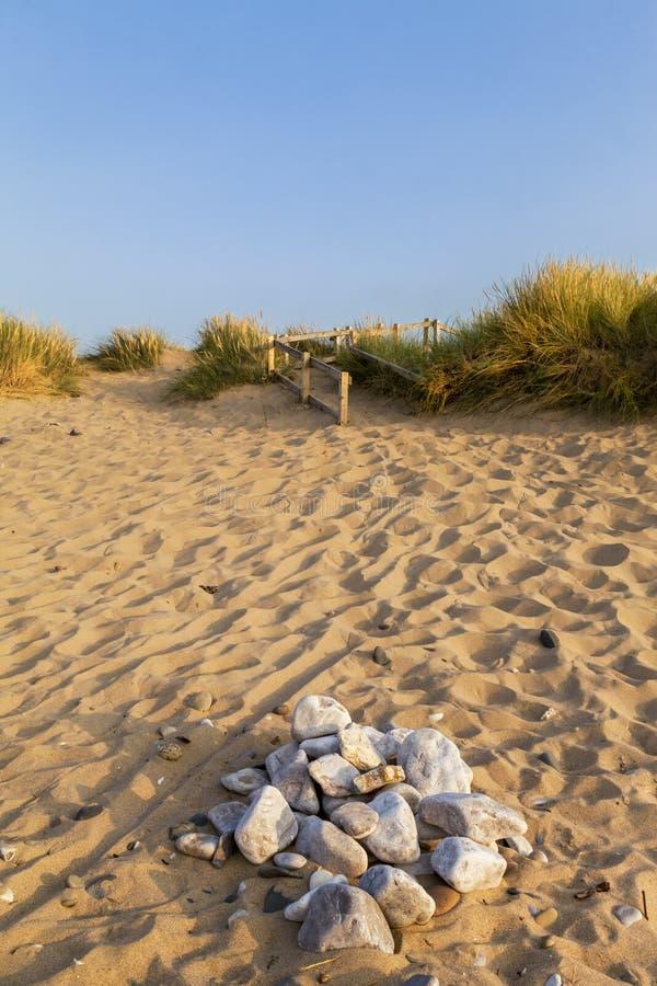 Toneelmening van een gouden zandig strand in het licht van de de zomeravond royalty-vrije stock fotografie