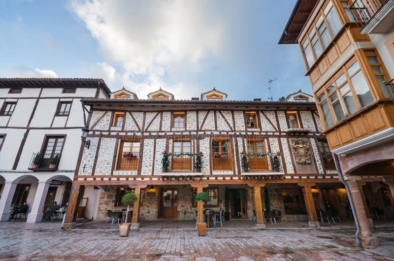 Toneelmening van een oud gebouw in Ezcaray dorp, La Rioja, Spanje royalty-vrije stock afbeelding