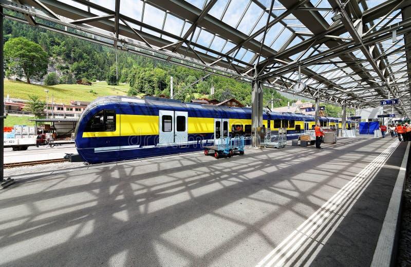 Toneelmening van een platform in Lauterbrunnen-Post met een treinparkeren op het spoor & het mooie zonlicht glanzen royalty-vrije stock afbeeldingen