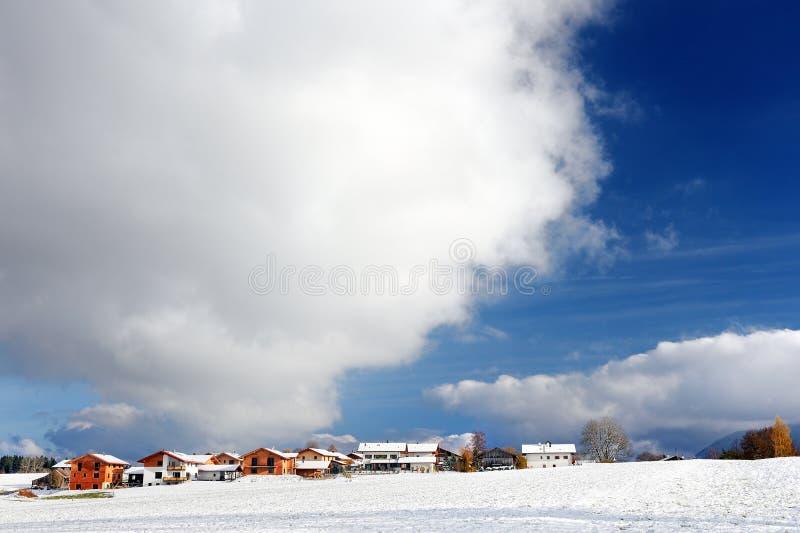 Toneelmening van een weg in de Beierse Alpen met pijnboombos in de winter stock foto's
