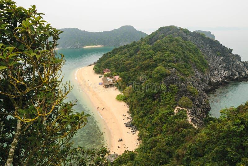 Toneelmening van eilanden in Halong-Baai, Vietnam, Zuidoost-Azi? stock fotografie