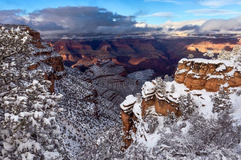 Toneelmening van Grand Canyon na een onweer van de de wintersneeuw stock afbeeldingen