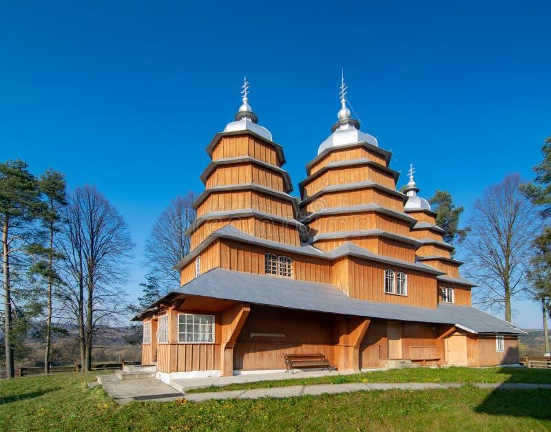 Toneelmening van Griekse Katholieke houten kerk van St Dmytro, Unesco, Matkiv, de Oekraïne stock foto's
