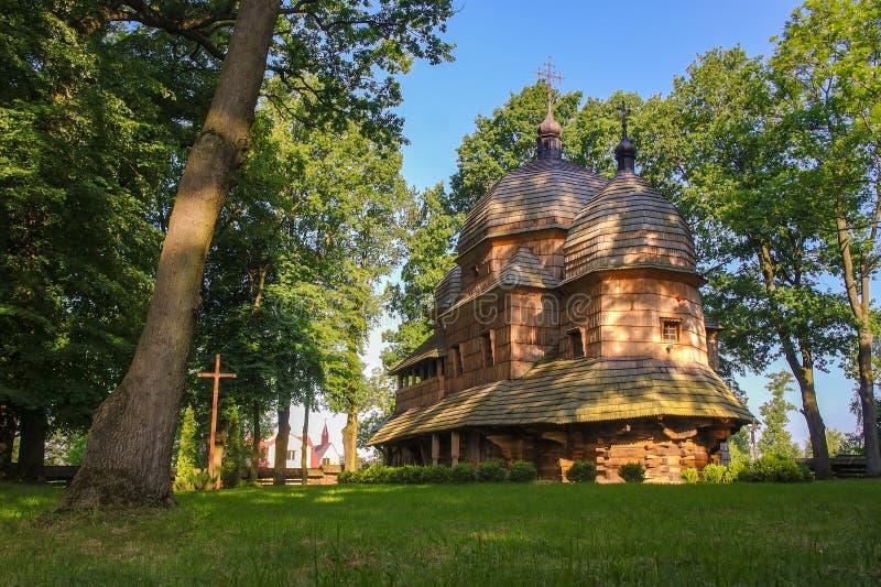 Toneelmening van Griekse Katholieke houten Moeder van Godskerk, Unesco, Chotyniec, Polen stock foto's