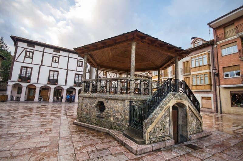 Toneelmening van het belangrijkste vierkant in Ezcaray dorp, La Rioja, Spanje stock afbeelding