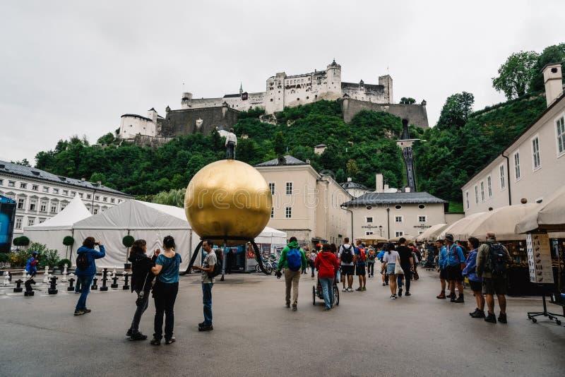 Toneelmening van het Kasteel van Kapitalplatz en Hohensalzburg-in Salzburg stock foto's