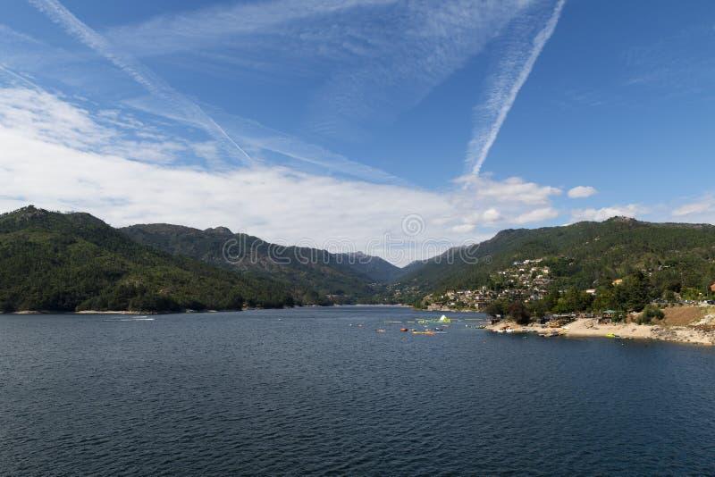 Toneelmening van het meer bij de Canicada-Dam bij het Nationale Park van Peneda Geres royalty-vrije stock foto's